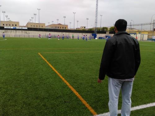 Antonio Baeza observa a sus jugadoras desde la banda.
